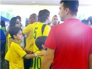 Học đá bóng Brazil: 'Ừ, con cứ đá bóng. Nhưng hãy vào đại học'