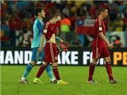 CHÙM ẢNH: Casillas ném găng tay, Del Bosque đứng im như tượng ngoài đường biên