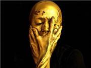 Nghệ sĩ tự vẽ body painting biến mình thành cúp vàng World Cup