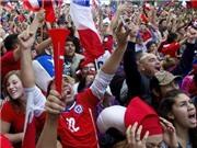 Fan Chile nhuộm đỏ quảng trường, mừng chiến thắng trước Tây Ban Nha