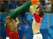 Cầu thủ World Cup trao đổi... quần sau trận đấu