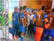 Cầu thủ dự bị Costa Rica và Italy xô xát với nhau trong đường hầm