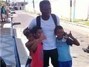 Muntari hào phóng phát tiền cho người nghèo Brazil