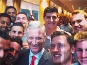Januzaj, Fellaini, Vertonghen 'selfie' cùng Vua Bỉ trong phòng thay đồ