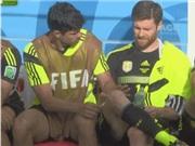 Diego Costa miệt mài... tẩy lông cho Xabi Alonso