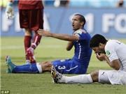 Suarez lại CẮN, nạn nhân là Chiellini