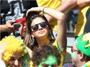 Bạn gái căng thẳng xem Neymar đá penalty