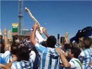 CĐV Argentina ăn mừng chấn thương của Neymar?