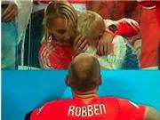 Con trai Robben khóc ròng trên khán đài, không thèm nhìn bố