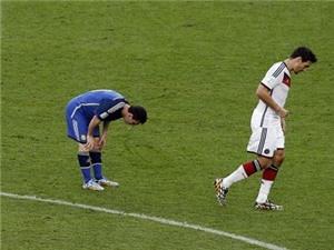 VIDEO: Messi lại nôn trên sân ở trận chung kết World Cup