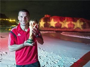 CHÙM ẢNH: Cầu thủ đội Đức cùng vợ, bạn gái và cúp vàng, ăn mừng 'tới bến' trên bãi biển Rio