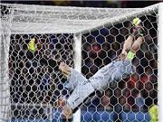 Buffon gặp TAI NẠN khi ăn mừng quá khích chiến thắng của Italy