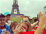 Xúc động màn cầu hôn của CĐV EURO dưới chân tháp Eiffel