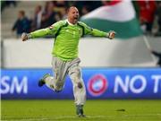 Thủ môn già nhất EURO 2016 gây bão vì chiếc quần dài 'vi diệu'