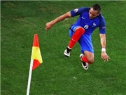 NGẪU HỨNG: Payet tung cước đạp cột cờ góc sau khi ghi bàn