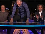 HLV Bilic trèo lên bàn, QUỲ ăn mừng ngẫu hứng khi Payet ghi bàn