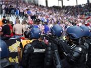 HLV Croatia lên án hành động 'khủng bố thể thao' khi CĐV nhà ném pháo sáng vào sân