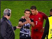 Đá hỏng 11m, Ronaldo chụp ảnh TỰ SƯỚNG với fan