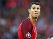 Cộng đồng mạng chê Ronaldo 'TRẺ CON' khi ném micro xuống nước