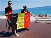 CĐV Bỉ lòng vòng quanh bờ biển để xin làm quen các cô gái Thụy Điển