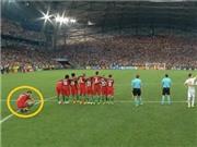 ĐẶC BIỆT: Ronaldo núp sau lưng đồng đội để xem sút 11m