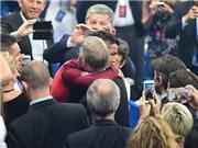 CẢM ĐỘNG: Sir Alex kiên nhẫn đứng chờ để được ôm Ronaldo