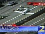 Máy bay hạ cánh trên đường cao tốc