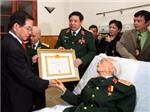 Trao tặng đại tướng Võ Nguyên Giáp huy hiệu 70 năm tuổi Đảng