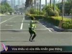 Vừa khiêu vũ vừa điều khiển giao thông