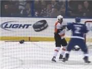 Cầu thủ khúc côn cầu trên băng vứt gậy… chơi đấm bốc