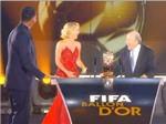 Sepp Blatter nhún nhảy cùng Shakira trên sân khấu FIFA Ballon d'Or