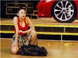 """Minh Hằng mang """"siêu xe"""" lên sân khấu"""