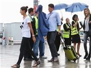 Cầu thủ và WAGs Đức buồn bã dắt nhau về nước, Loew hớn hở chụp hình cùng fan