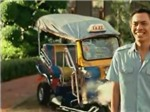 Xem tuktuk giải quyết vấn đề giao thông của James Bond