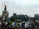 Đứng 'múa' trên đỉnh tượng đài
