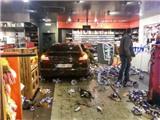 Say rượu, cầu thủ lái Porsche phá nát trạm xăng