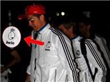 Ronaldo che biểu tượng của Madrid bằng một miếng giấy
