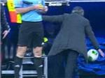 """VIDEO: Mourinho nổi điên, suýt khiến """"người nhà"""" lĩnh đủ"""