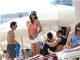 Bồ Ronaldo gây chú ý với màn cởi đồ trên bãi biển