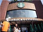 Dòng người 'rồng rắn' xếp hàng dài chờ mua cà phê Starbucks