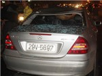 Mercedes-Benz vỡ tan kính vì xe bus vượt cầu cấm