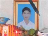 Tặng huy hiệu 'Tuổi trẻ dũng cảm' cho em Nguyễn Văn Nam, người hy sinh cứu 5 em nhỏ