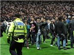 Hỗn loạn sân cỏ tại Anh, một sĩ quan bị ngựa giẫm đạp