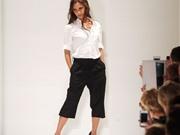 Victoria Beckham tạo dáng cá tính trên sàn diễn New York Fashion Week