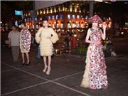 VIDEO: Trà My Next Top diện áo dài kết  4.000 bao cao su dạo phố