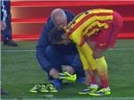 VIDEO: Neymar buộc phải thay giày vì ngã quá nhiều