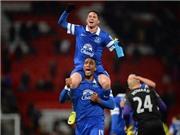 Bryan Oviedo ghi bàn hạ Man United: David Moyes gục ngã bởi kẻ vô danh