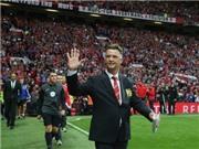 Van Gaal chào Old Trafford