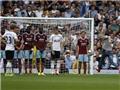 VIDEO: CĐV quá khích vào sân… đá phạt ở derby London West Ham-Tottenham