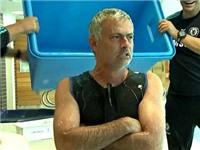 Mourinho dội nước lạnh lên đầu, thách thức Bryan Adams và James McAvoy